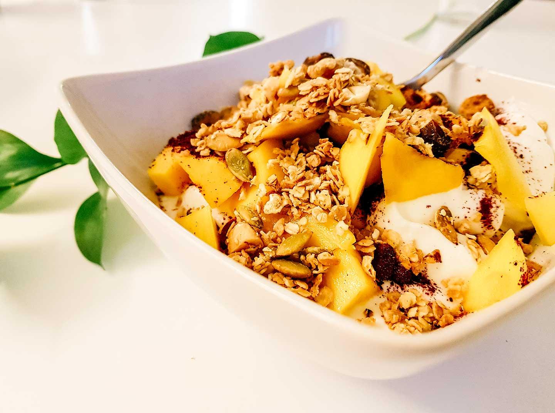 Herkullinen granola, jogurttia ja marjoja