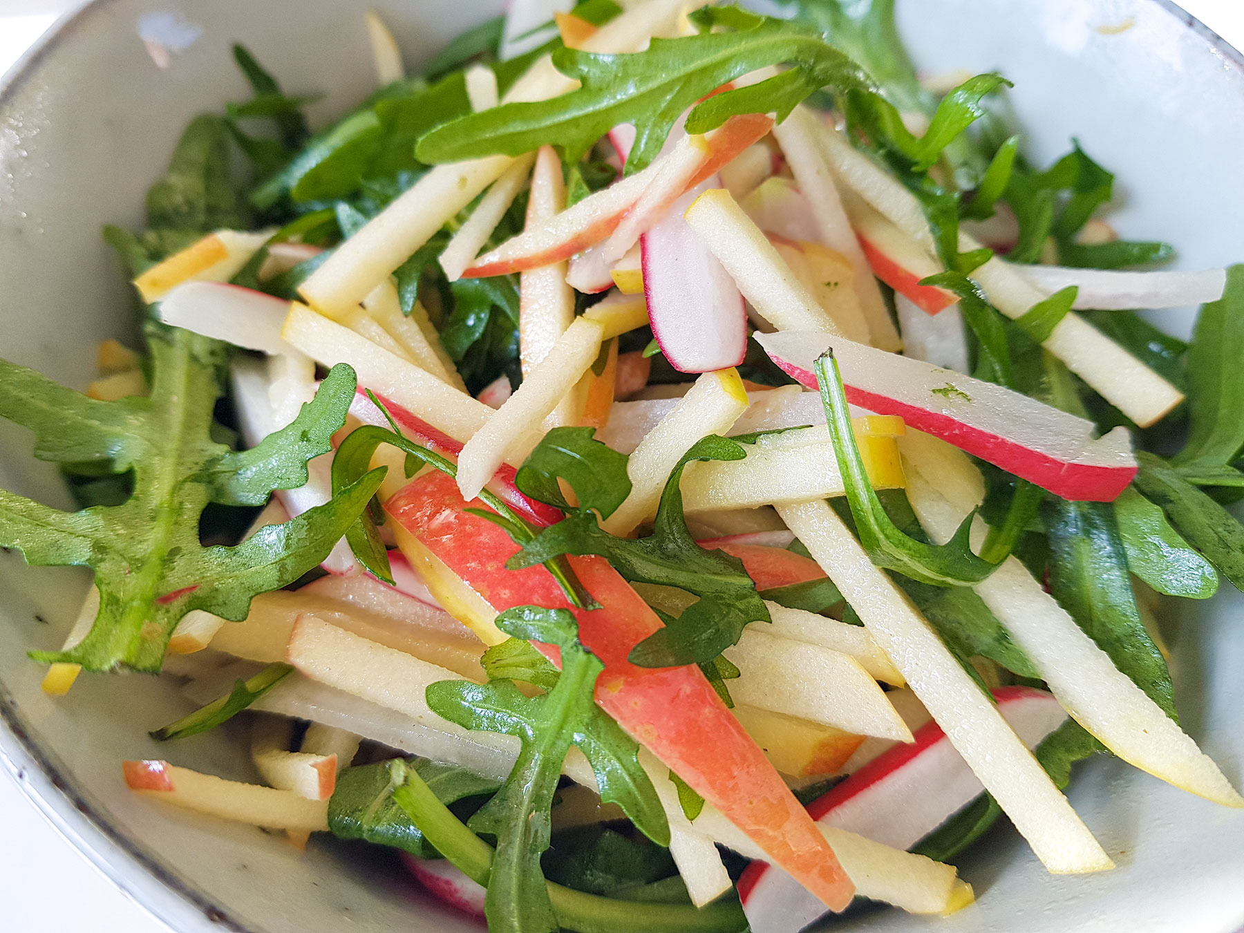 Omena-rucola salaatti