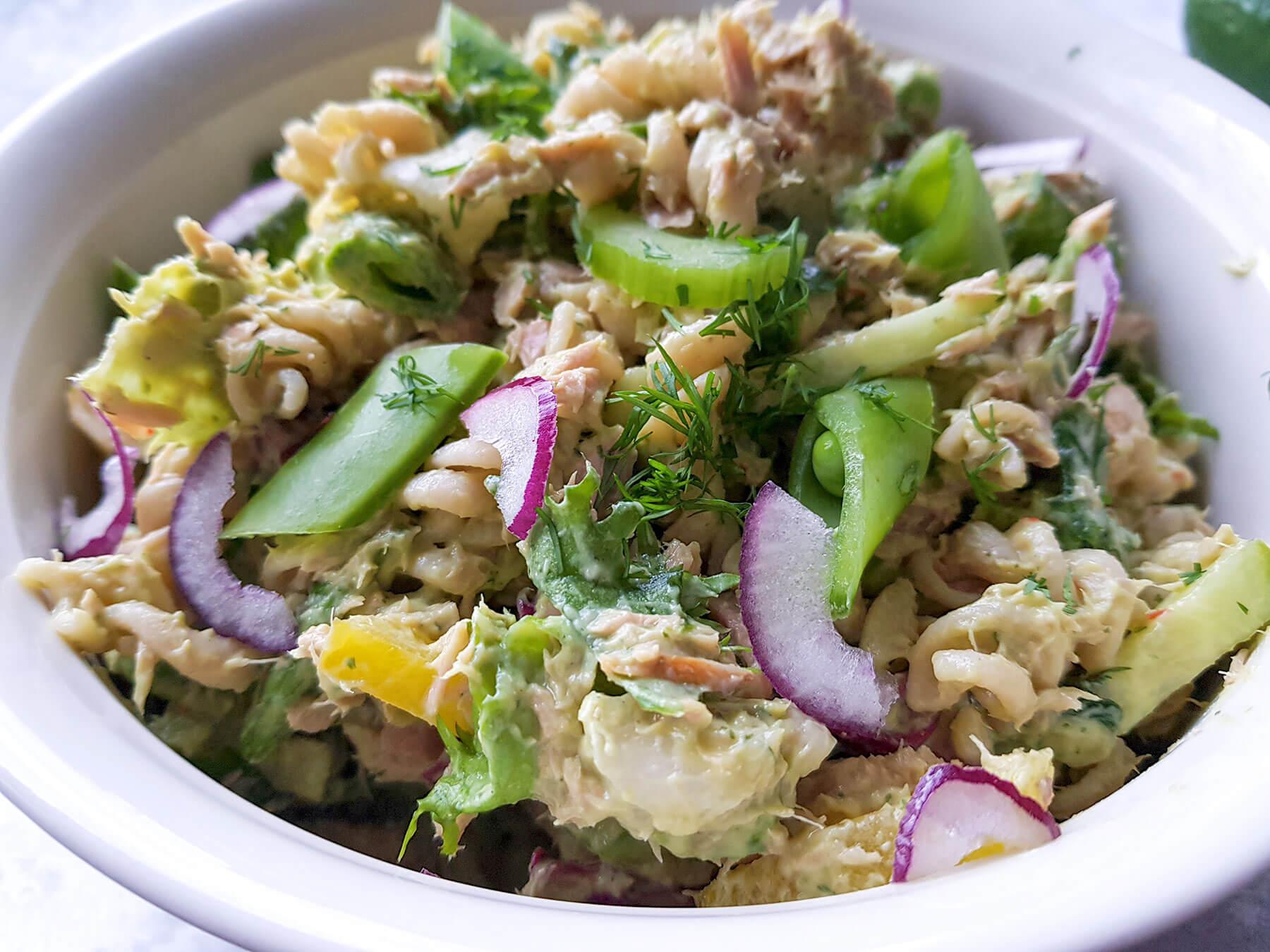 Tonnikalapasta salaatti avokado-jogurtti kastikkeella